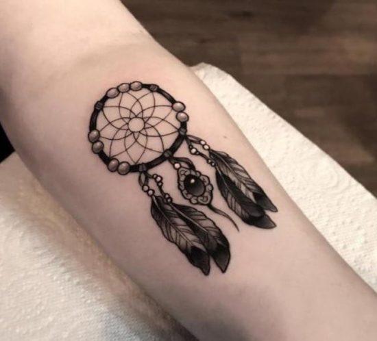 tatuaje atrapasueños en brazo